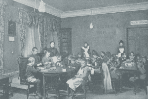 Syslöjd hos Stockholms Arbetarehem AB på 1890-talet. I samma lokaler har idag Andersson Arfwedson Arkitekter sitt kontor. (Foto: Stockholms Stadsmuseum)