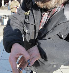 Pekka har bott på gatan i 26 år. När Allsvenskan drar igång målar han om naglarna i Bajens färger.
